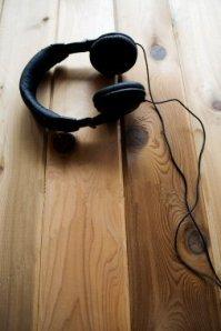 ist2_4052903-headphones-on-wood